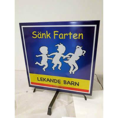 Lekande barnskylt i Solstickan design i blått och vitt med eller utan mark stativ. Farbror Skylt.