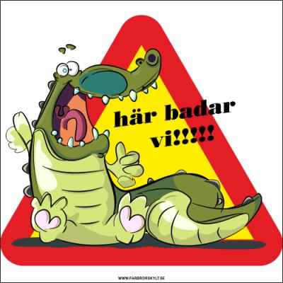 """Rolig skylt med en krokodil och texten """"Här badar vi!!!"""" Från Farbror Skylt."""